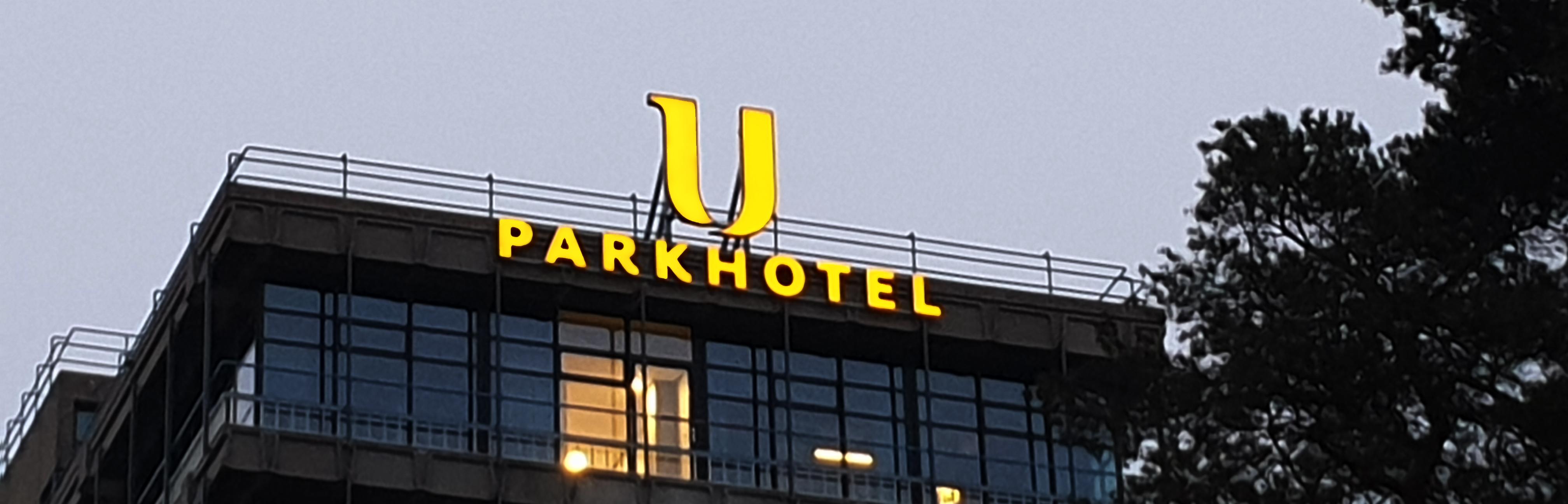 Signing op het U Parkhotel gelegen op de campus van Universiteit Twente, Enschede